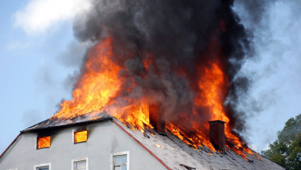 domek v plamenech