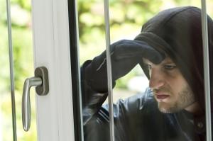 Svět v bezpečí - Jste na letní dovolené? Zloděj vám vleze do obydlí nejčastěji oknem, nejrizikovější jsou rodinné domy