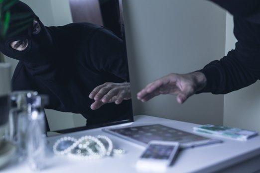 http://svetvbezpeci.cz/pe_app/clientstat/?url=www.dreamstime.com/stock-image-stealing-all-valuables-shot-robber-table-image72315691