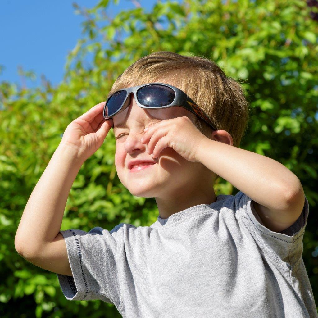 Foto_chlapec se slunecnimi brylemi